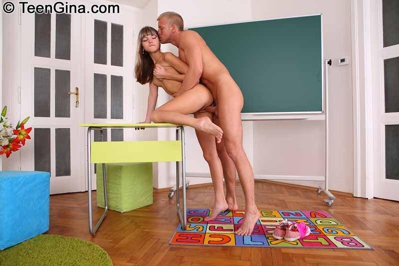 Молодая парочка занимается страстным сексом в разных позах и получает удовольствие от этого