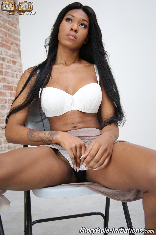 Симпатичная мулатка устроилась проституткой в дом разврата, ей нужно удовлетворять клиентов за стеной