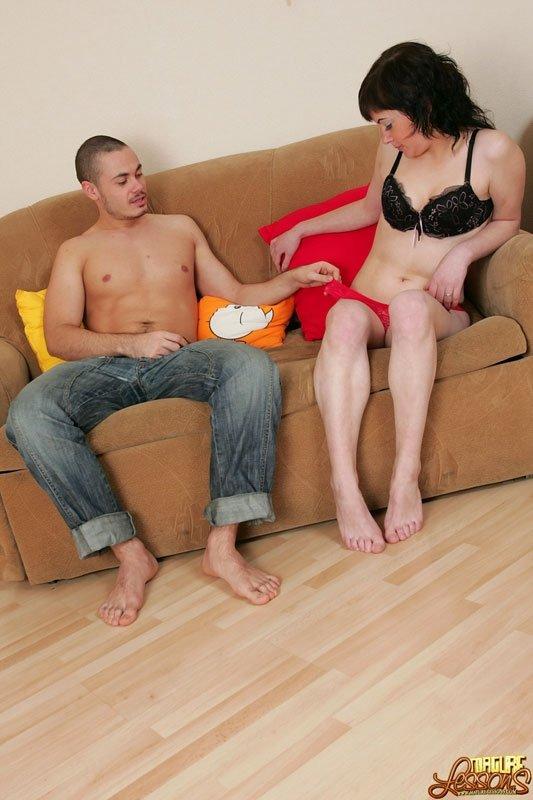 Две красотки накидываются на один член и получают удовольствие от анальных, вагинальных игр