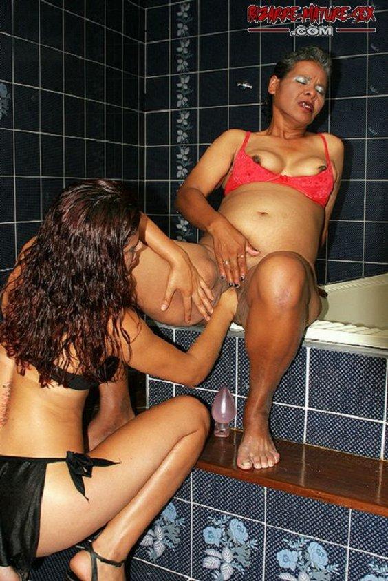 На этих фотографиях можно лицезреть, как девушки удовлетворяют друг друга посредством фистинга