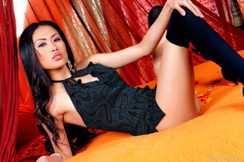 Обалденная азиатка выглядит очень сексуально в своем образе – она возбудит, кого угодно