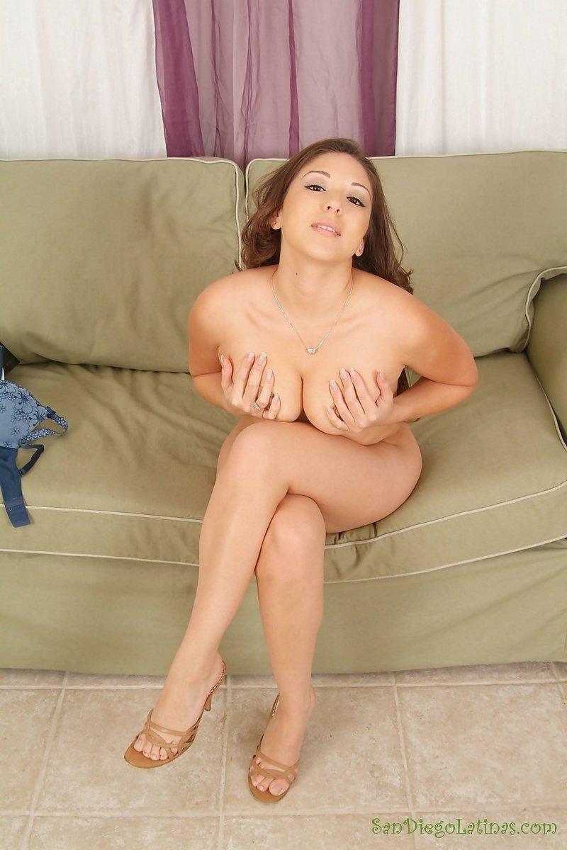 Рыжая азиатка с небольшой грудью присела на диван и показала на камеру свою бритую вагину, получив от этого удовольствие