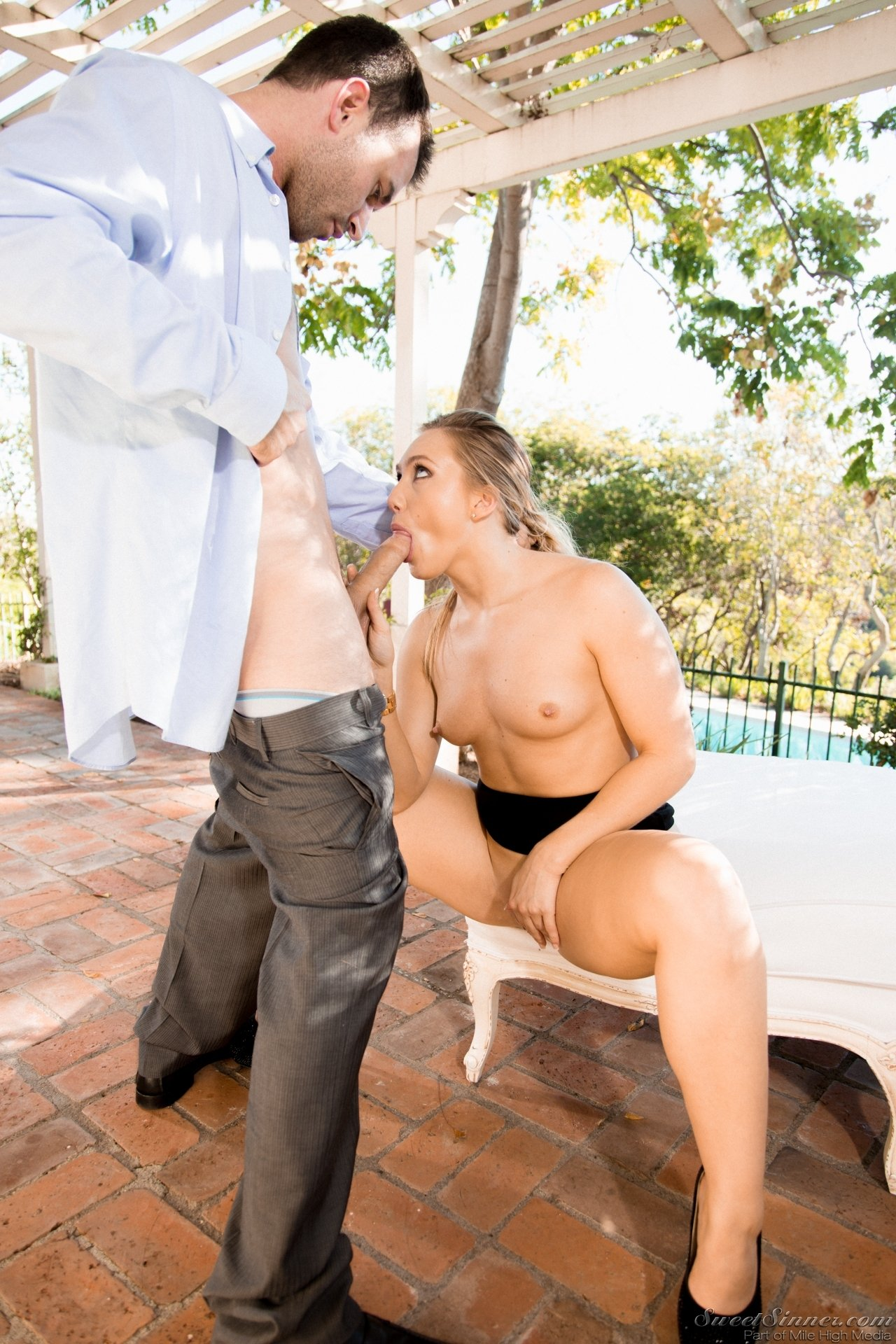 Блонда на высоких каблуках не против перепихнуться во дворе с парнем в костюме, тем более, он обожает делать куни