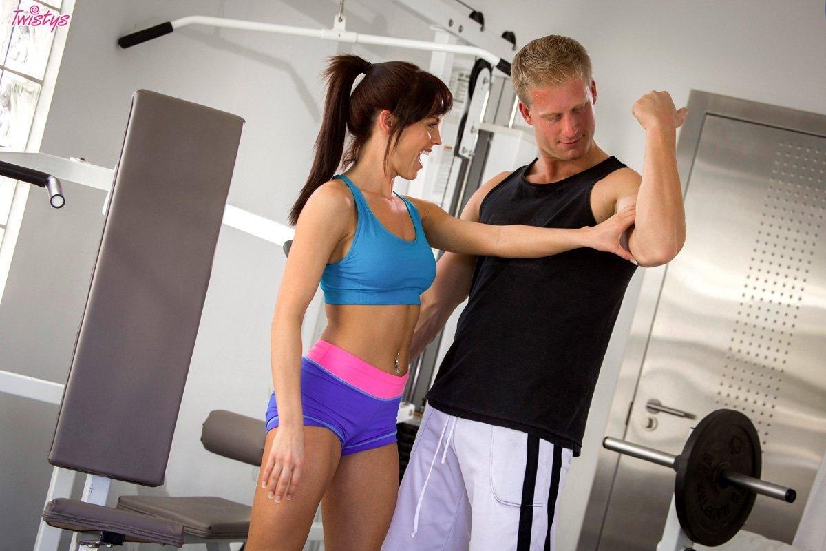 Фитнесс с индивидуальным тренером заканчивается незабываемым сексом, брюнетка кончает от таких нагрузок
