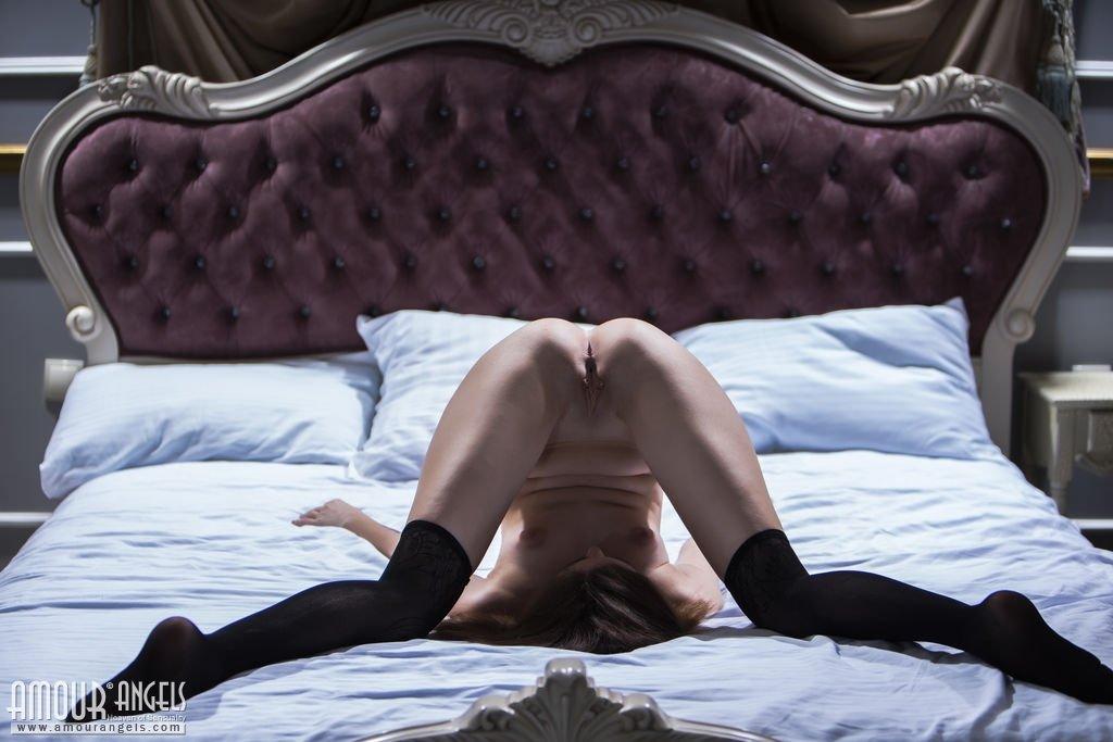 Красавица в черных чулках широко раскинула стройные ножки
