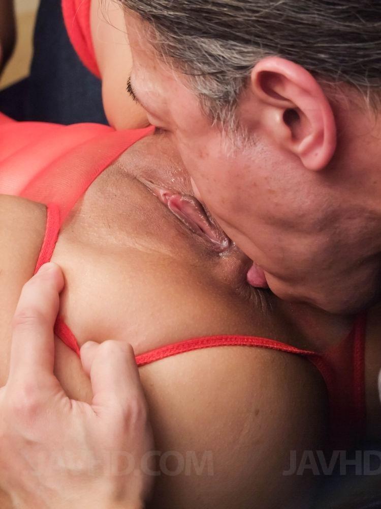 Азиатскую игривую девушку трахнул в ротик и киску старый мужчина