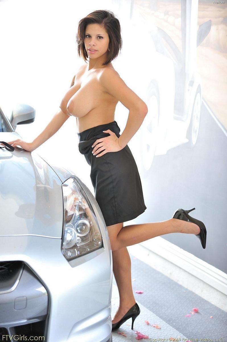 Девушка сначала прикрывает свое тело, но затем обнажает главное богатство – шикарную грудь