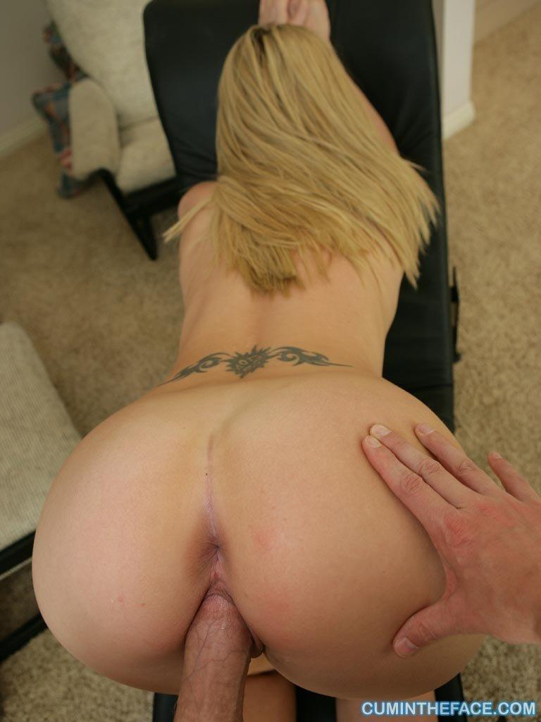 Сексуальная блондинка очень соблазнительна – она быстро привлекает мужчину и он спускает на нее сперму