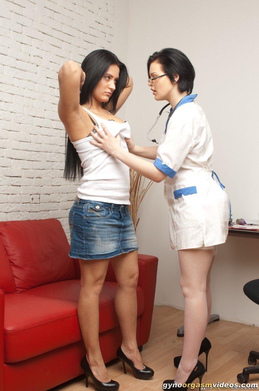 Гламурная медсестра в чулочках трогает вагинальную дырочку обнаженной студентки