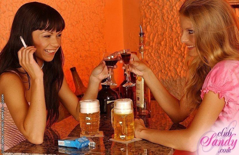 Две лесбиянки в эротичном белье устроили себе секс прямо в зале ресторана, им нравится лизать пизду друг другу