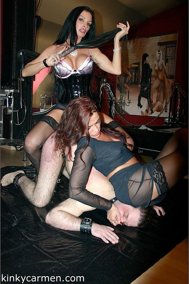 Привлекательные девушки в чулках топчутся каблуками на мужике