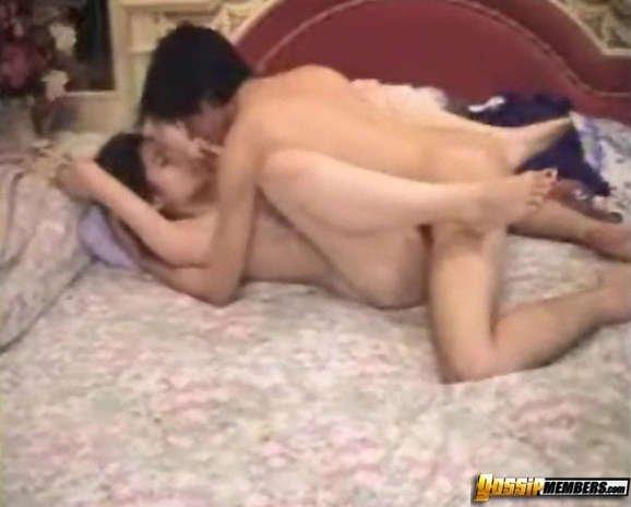 Азиатская парочка уединяется в спальне и занимается классным сексом прямо перед камерой