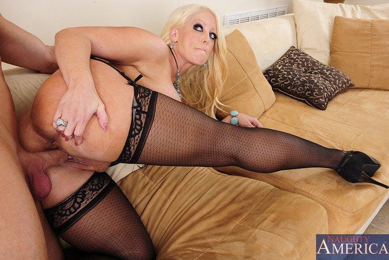 Блондинка с шикарными буферами соблазняет мужчину и он с удовольствием трахает ее в пизденку
