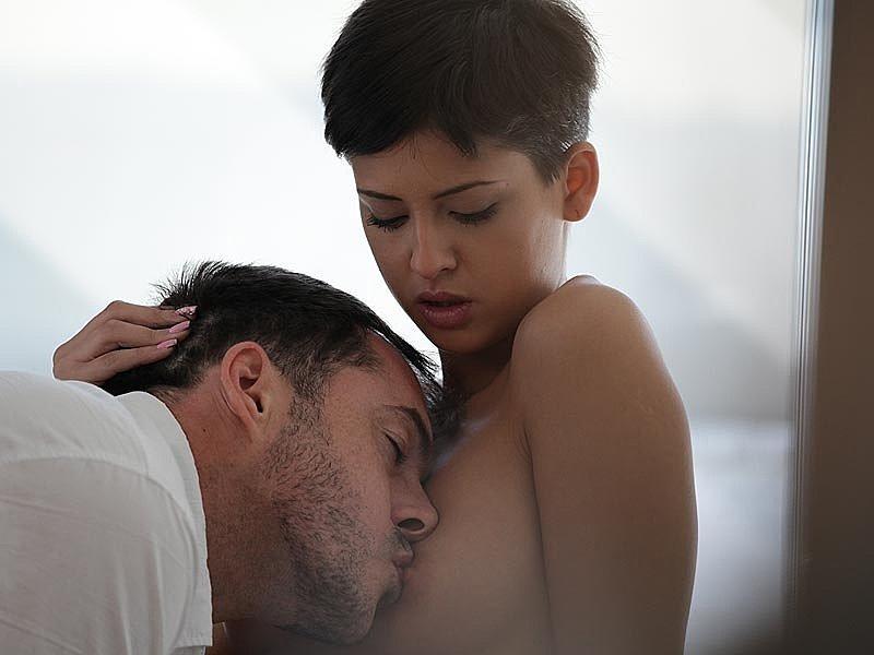 Небольшая галерея состоит из фотографий нежного секса брюнетки со своим партнером, которого она очень возбудила