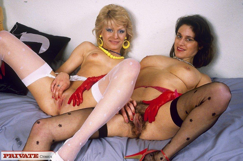 Зрелые лесбиянки с волосатой пиздой занимаются страстным сексом на кровати, они ебут друг друга огурцом, мечтая о твердом члене во влагалище