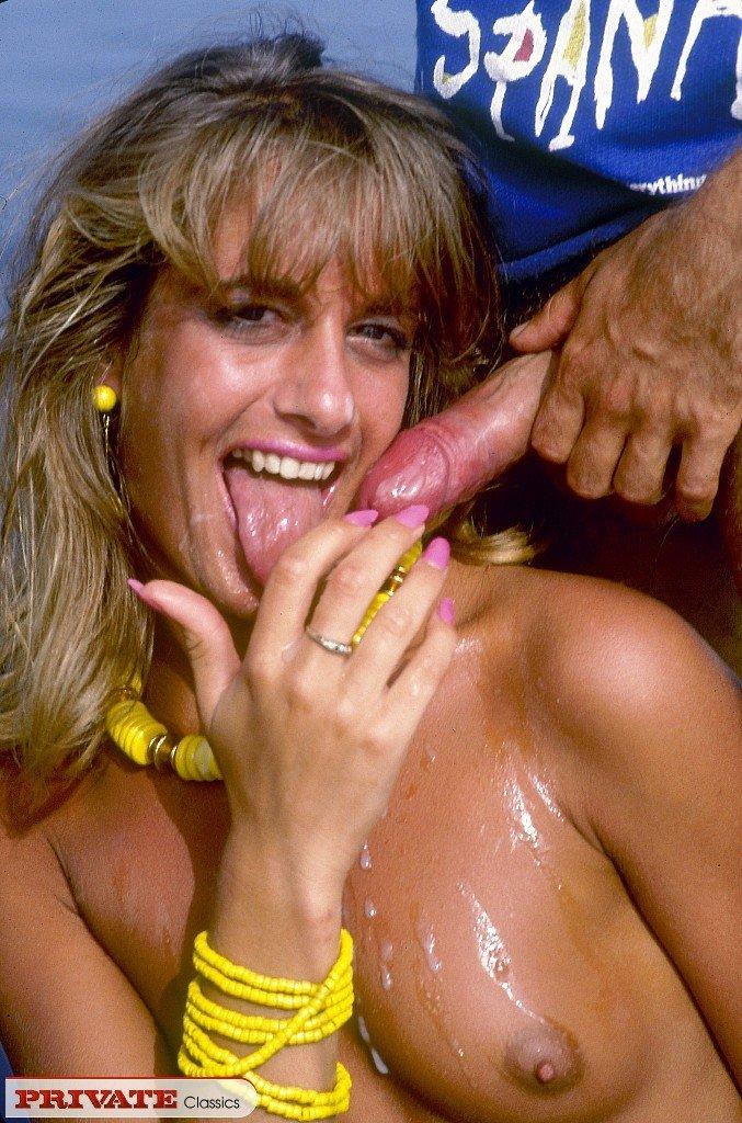 Ретрофото покажут, как на одну дамочку накидываются сразу же несколько мужчин и она старательно всех ублажает