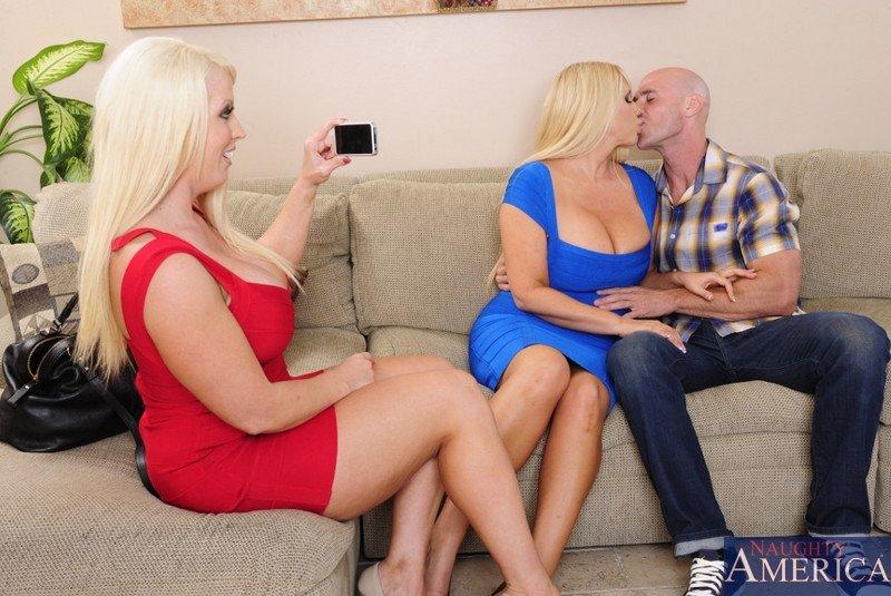 Блондинистые лесбиянки с большими сиськами занимаются сексом с лысым мужиком