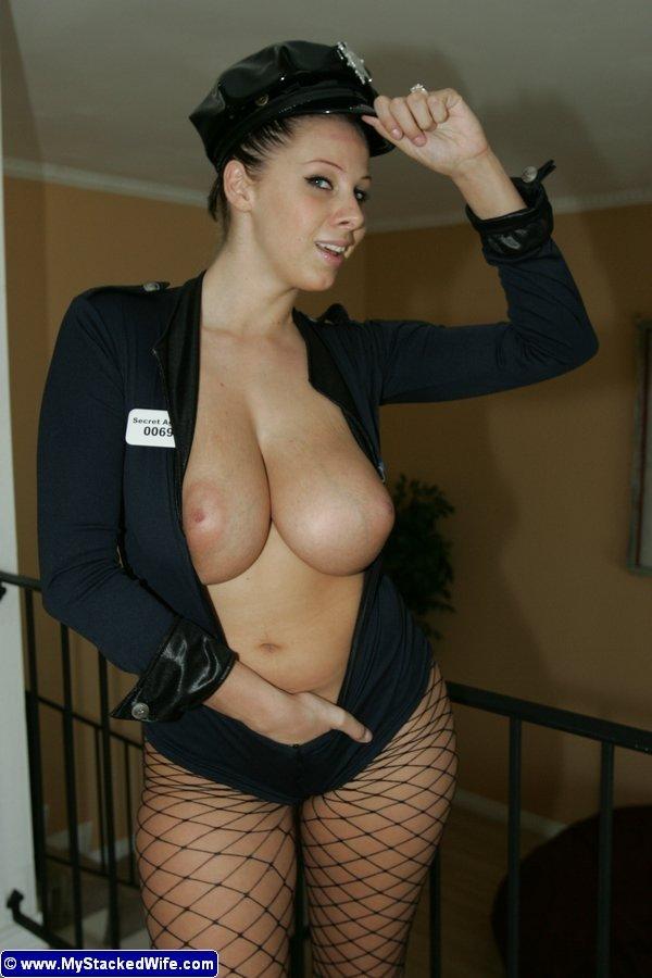 Девушка в полицейской униформе освобождается от одежды и показывает свои шикарные буфера