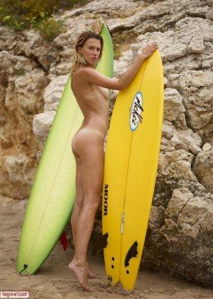 Блондинка любит заниматься сёрфингом, но при этом она совсем обнажена и даёт себя разглядеть