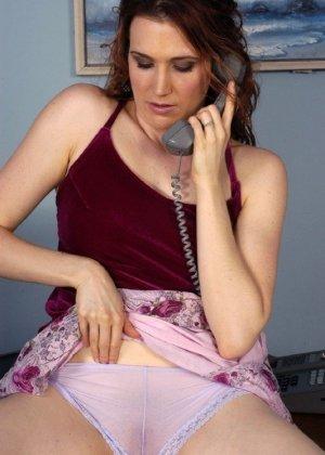 Секретарша разговаривает по телефону и при этом умудряется залезть себе в трусики, чтоб помастурбировать