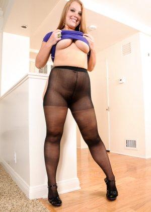 Аппетитная и обворожительная дама с большими сиськами в черных колготках