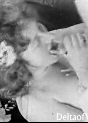 Ретро порно фото бабенке обильно кончают на сиськи