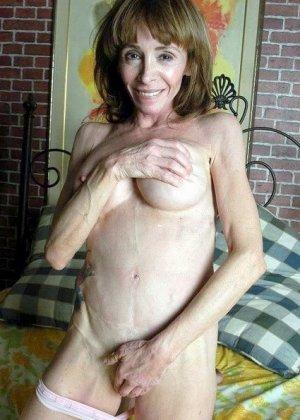 Фото зрелой брюнетки без белья, порно модель в красных трусиках покажет пизду крупным планом