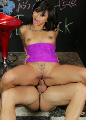 Парню понравилось, как телка практикует оральный секс, поэтому он решил выйти из-за ширмы и вставил свой хуй в ее зад