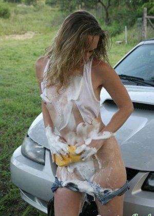 Похотливая телка с маленькими сиськами помыла автомобиль