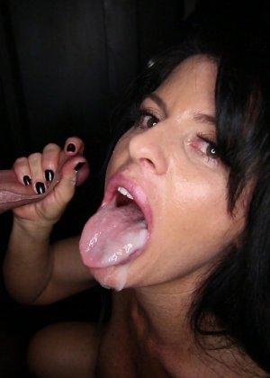 В полной темноте брюнетка сосет пенис незнакомца, она не видит лица сексуального партнера