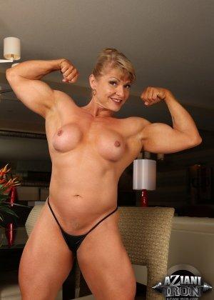 Мускулистая зрелая женщина без одежды Emery Miller
