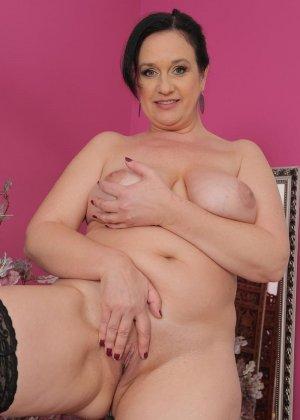 Пышная дама в годах показывает огромные натуральные дойки и раздвигает пальцами бритую промежность