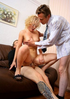 Уборщицу трахают два мужика в офисе, в конце заполнив ее рот спермой