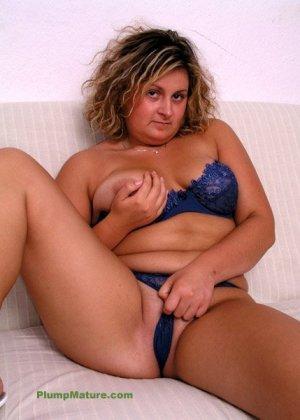 Зрелая женщина позирует в синем белье, а затем спускает лифчик и показывает свою пышную грудь