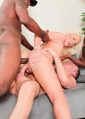 Красивая блондинка с подругой негритоской занимаются сексом со своими парнями