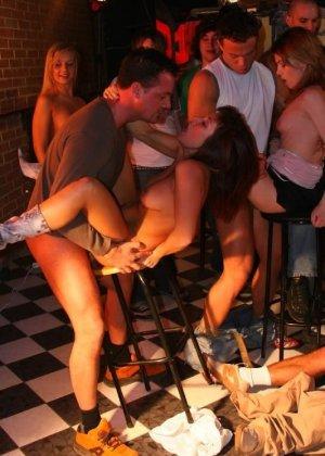 Танцы сексуальных девушек превратились в очень страстную групповую оргию