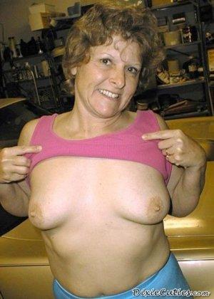 Женщина позирует для откровенной фото сессии в гараже своего мужа, она снимает трусы и показывает аппетитную задницу