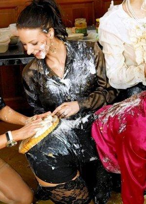 Девушки обмазались едой и начали слизывать самое вкусное с обнаженных участков кожи друг друга, вечеринка для лесби удалась