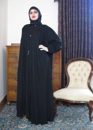 Арабская женщина оказывается абсолютно обнаженной и показывает свои прелести перед камерой