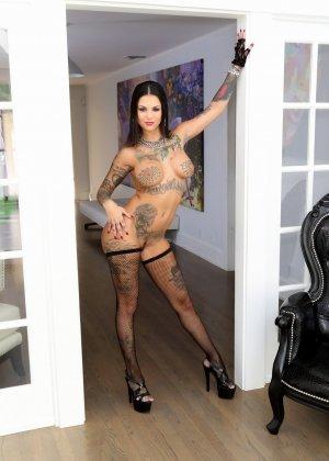 Сногсшибательная татуированная девушка в сексуальных черных чулках