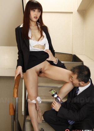 Миленькая азиатка дала посмотреть зрелому мужику на ее вагинальную дырку