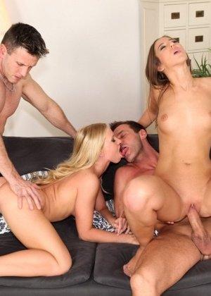 Две блондинки достаются возбужденным парням и с удовольствием подставляют свои дырочки для траха