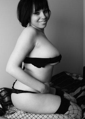 Черно-белые фотографии обворожительной брюнетки в чулках и нижнем белье
