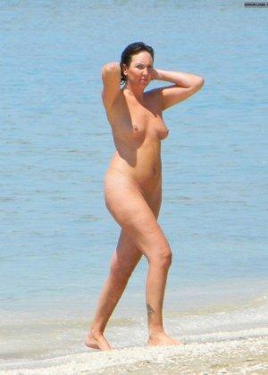 Девушки зря расслабились на нудистком пляже - за ними подглядывает человек с камерой