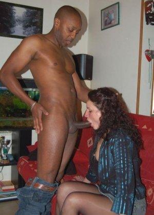 Симпатичные негры трахают женщин с белым цветом кожи, самки только успевают кончать