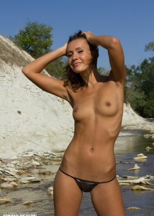 Худая девушка в бикини на солнечном пляже хочет, чтобы ее фотографировали и расхваливали ее красоту