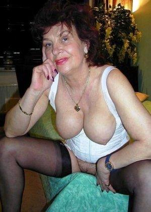 Старая проститутка решила сделать последнюю эротическую фото сессию, она любит сосать пенисы