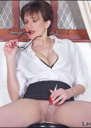 После важного совещания секретарша нашла укромное местечко, чтобы подрочить свою влажную пизду