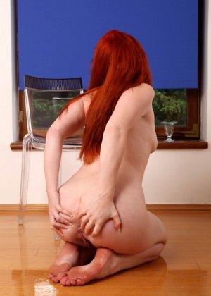 Рыжеволосая плоскогрудая девушка Barbara Babeurre любит писсинг