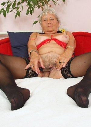 Бабка мастурбирует при помощи вибратора, дед взял камеру и снял незабываемую порно фото сессию